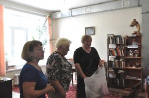 Козлова Г.И. и Саплина ОД  в  доме престарелых вручают подарки